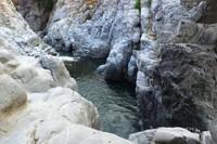 Grand Canyon Esere. Sungai jernih diapit bebatuan berwarna abu-abu