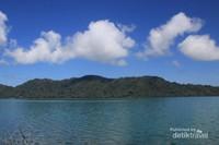 ketenangan Danau Sano Nggoang memantulkan keindahnnya