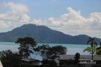 Danau Sano Nggoang di kelilingi alam yang masih sangta utuh