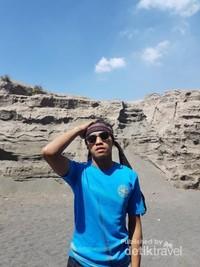 Bongkahan batu dan Padang pasir di lereng gunung Bromo