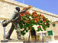 Patung dengan pohon yang berbunga.