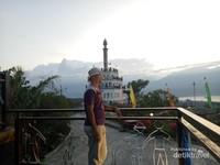 Berfoto dengan latar Menara Nosarara Nosabatutu.