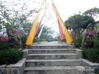 Replika dolmen khas Sulawesi Tengah.