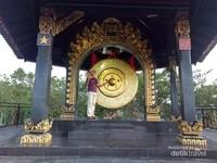 Gong Perdamaian dengan simbol agama, propinsi dan kabupaten.