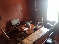 Meja dan kursi kayu di ruang tamu.