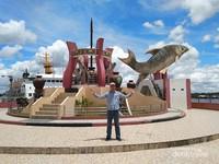 Berfoto di Tugu Jelawat yang merupakan landmark Kota Sampit.