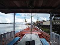 Pemandangan di tepi Sungai Mentaya.