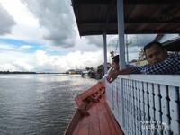 Mengamati aktivitas di Sungai Mentaya.