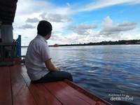 Santai sejenak di tepi Sungai Mentaya.