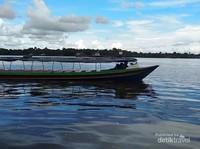 Aktivitas perahu di Sungai Mentaya.