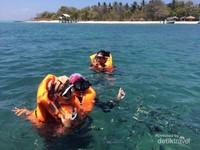 Pagi hari saat snorkeling dan bertemu ikan-ikan kecil yang lucu.
