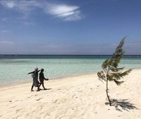 Selesai snorkeling kami berjemur, lalu berjalan mengelilingi pantai yang masih sangat sepi sekali.