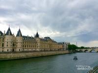 Menara yang satu ini pasti namanya sudah tidak asing lagi di telinga...youre right : Eiffel, Im in love!