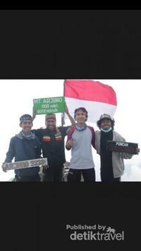 Foto kami berempat di Puncak Ogal-Agil Gunung Arjuno 3339 mdpl