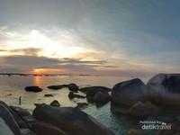 Matahari tenggelam di pantai Tanjung Kelayang