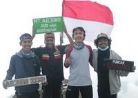 Dan akhirnya teman-teman, kami dapat berada di puncak gunung tertinggi keempat di Pulau Jawa