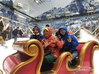 Duduk terbang sambil selfie di wahana sky lift chair Trans Snow World Bekasi