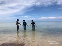 Kamu tidak perlu takut ya, pulau ini tidak menyeramkan, malah akan membuatmu nyaman, serasa di Maldives.