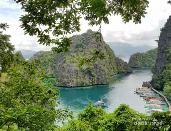 Setelah menaiki 367anak tangga, tampak pemandangan Danau Kayangan yang eksotis dari atas tebing.