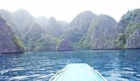 Pemandangan gugusan bebatuan besar mengelilingi pulau Coron, sekilas mirip panorama Raja Ampat.