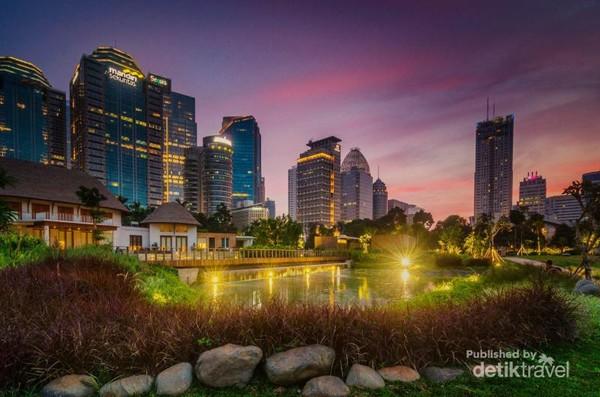 Hutan Kota Jakarta saat malam menjelang, cantik kan?