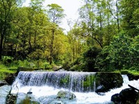 Air di sungai Bonleu begitu jernih dan pemandangannya begitu indah.