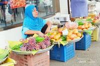 Sedang menunggu pembeli buah segar