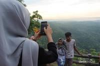 Berfoto dan menikmati pemandangan sekitar taman buah Mangunan.