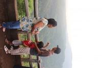 Bukan saja orang dewasa , anak-anak juga tampak di lokasi wisata ini , seperti nampak pada foto sekeluarga tengah menikmati pemandangan.