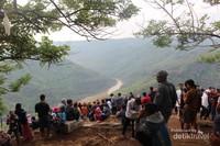 Diantara bukit yang menghijau nampak sungai Oya yang mengalir dengan air kecoklatan.