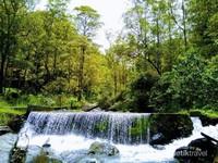 sungai dengan air yang begitu jernih dan pemandangan yang begitu indah