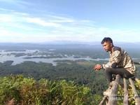 Menikmati indahnya panorama di Puncak Ranah dengan pemandangan yang begitu luas.