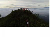 Indahnya Puncak Ranah dilihat dari kejahuan dihiasi awan tipis di puncak