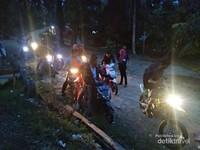 Tak hanya di siang saja, pada malam hari para pengunjung juga mencoba melakukan pendakian menggunakan sepeda motor hingga kaki bukit Puncak Ranah