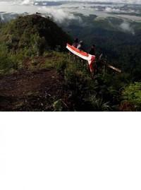 Bendera atau umbul-umbul terlihat menambah semangat para pengunjung mencintai tanah airnya sembari menikmati panorama Puncak Ranah