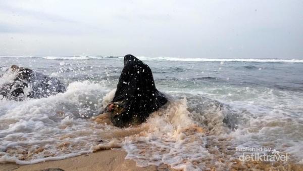 Menikmati deburan ombak di Pantai sundak Yogjakarta