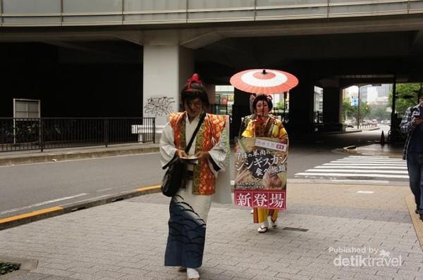 Berdandan ala Geisha, sambil berpromosi ria