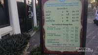 Layanan pijat di Wat Pho berkisar antara Rp. 150.000 - Rp. 300.000