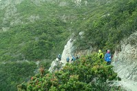 Pendaki perlu berhati-hati ketika bersimpangan dengan pendaki lain karena sempitnya jalur ini