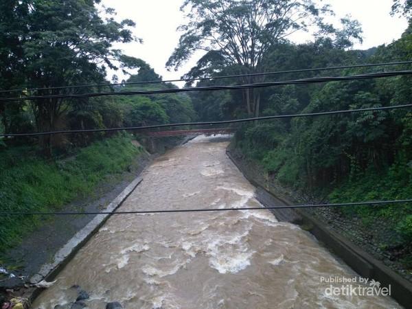 Ciliwung mengarah ke Kebun Raya dari Jembatan Jalan Raya Otto Iskandardinata (otista), Baranangsiang dekat Tugu Kujang