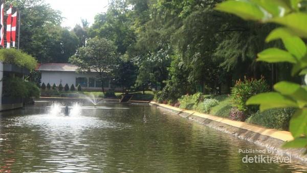 Terdapat danau buatan yang indah di kawasan ini