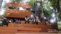 Pengunjung bisa bersantap di pelataran bagian depan cafe