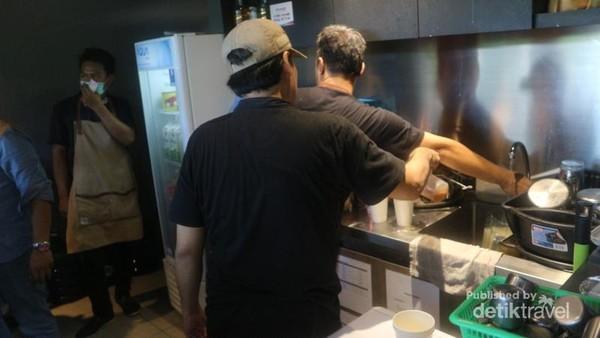 Kesibukan barista yang menyiapkan pesanan