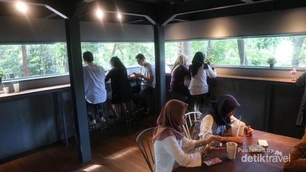 Area indoor dengan pendingin udara pun juga tersedia di cafe ini