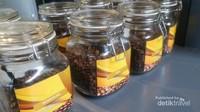 Walau sajian unggulannya kopi, namun tersedia juga aneka minuman seperti teh, ice blended dan aneka makanan ringan maupun berat