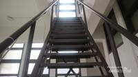 Di dalam menara kita harus mendaki tangga besi yang cukup curam