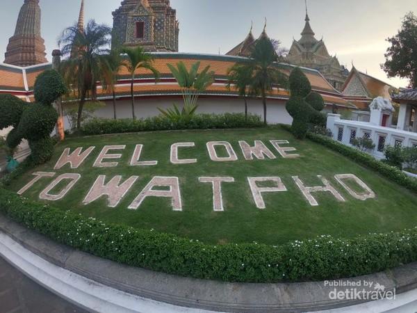 Wat Pho juga dikenal sebagai tempat lahirnya seni pijat tradisional Thailand