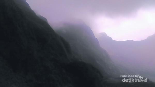 Tebing Pegunungan Kelud Yang Ditutupi Mendung, sangat gelap dan sunyi