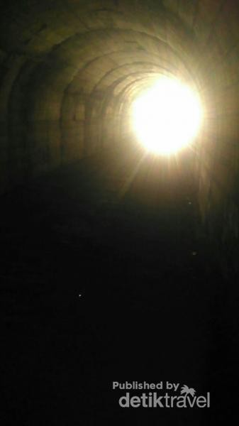 Tanpa sinar dari kendaraan, terowongan disini sangatlah gelap
