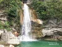 Air yang jernih dan pemandangan yang alami